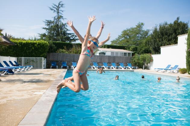 Enfants qui s'amusent dans la piscine
